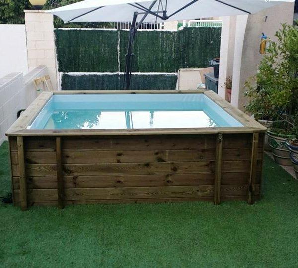 Mini piscina de madera nika para terrazas piscinas athena for Minibar de madera