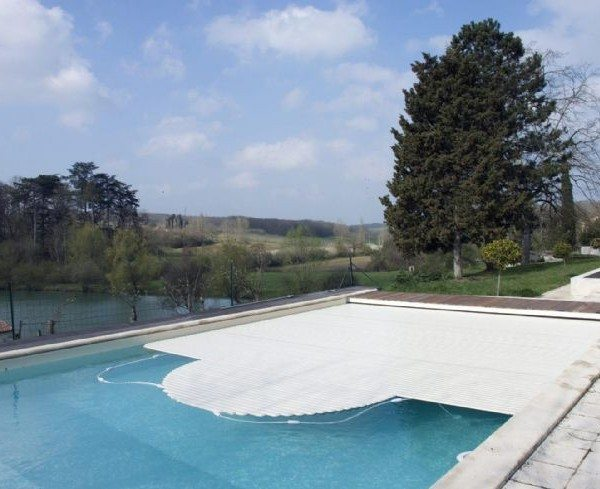 Cubierta de persiana bacardi sumergida piscinas athena for Cascadas prefabricadas
